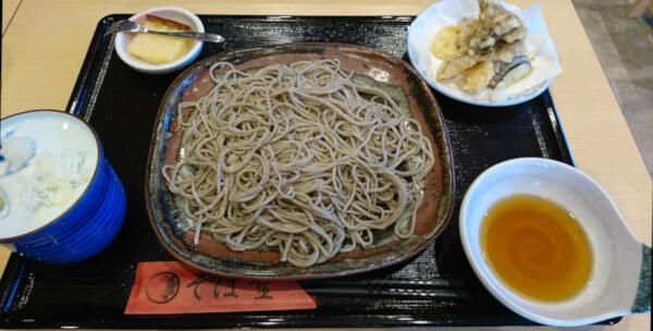 天ぷらもりそば(1度目の訪問時に注文)、浜田でおすすめな蕎麦屋そば聖さんの天ぷらもりそばの画像です。