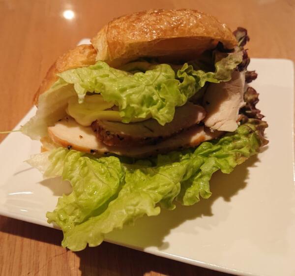自家製燻製ハムの食べ方として燻製ハムを使ったサンドイッチ